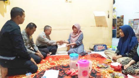Korban Ledakan Kapal Mendapat Bantuan Dari Polsek Kawasan Pelabuhan Samarindi