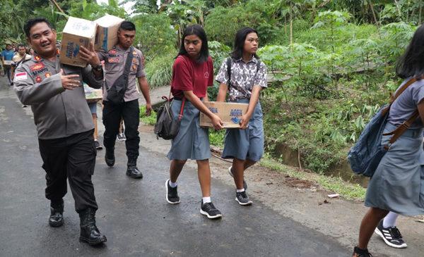 Jalan Kaki 3 Km, Kapolres Kep. Sangihe Pimpin Distribusi Bantuan Bencana Alam di Ulung Peliang Tamako