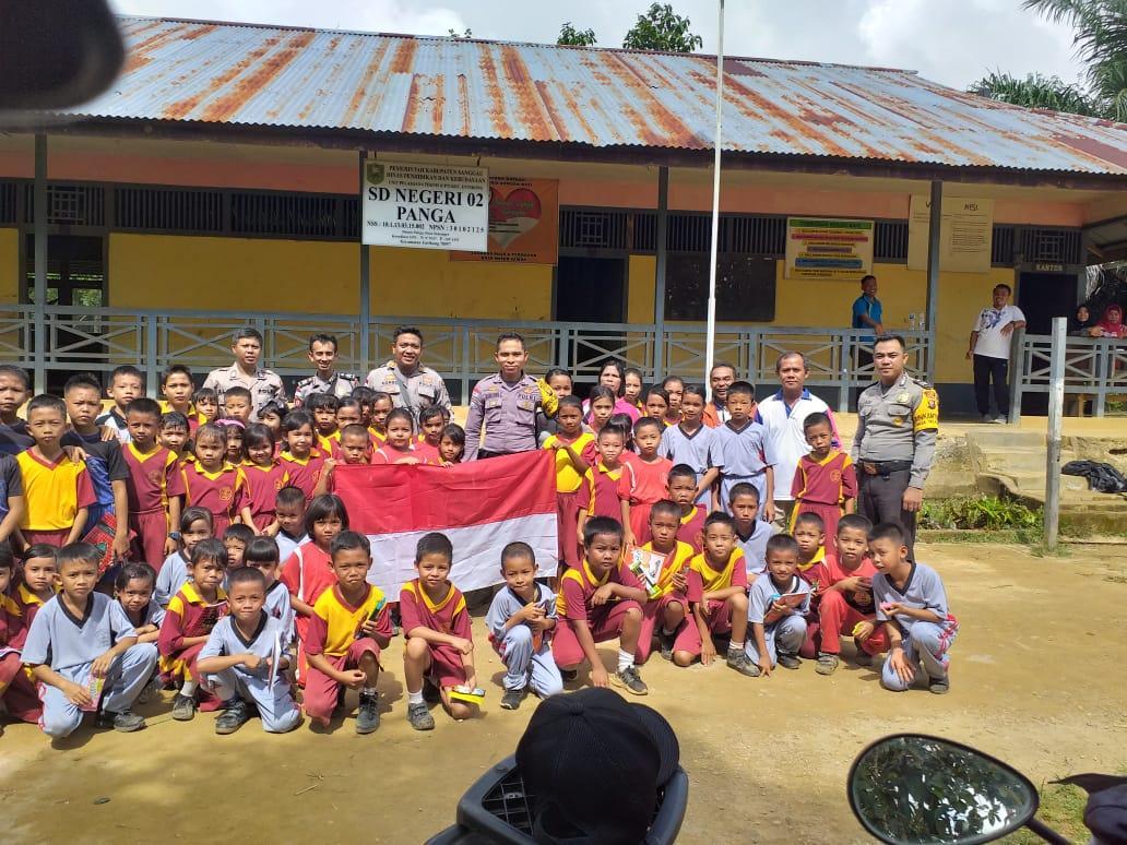 Patroli & Kunjungan Polsek Entikong Polres Sanggau Peduli Anak-anak di Perbatasan