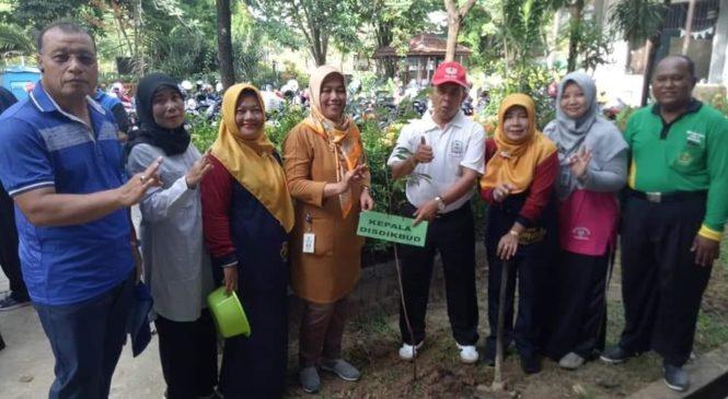 """Peringati """" Hari Sejuta Pohon """" Warga SMA Negeri 5 Balikpapan Mengadakan Penanaman Pohon"""