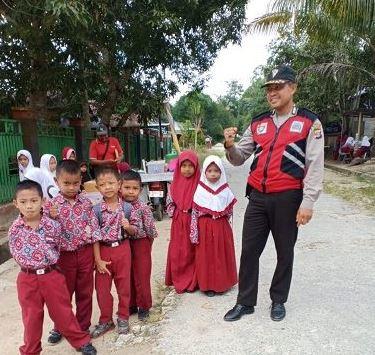 Polisi Sahabat Anak, Aiptu Jainuddin Bhabinkamtibmas Marangkayu Sapa Anak-Anak di Desa Binaannya