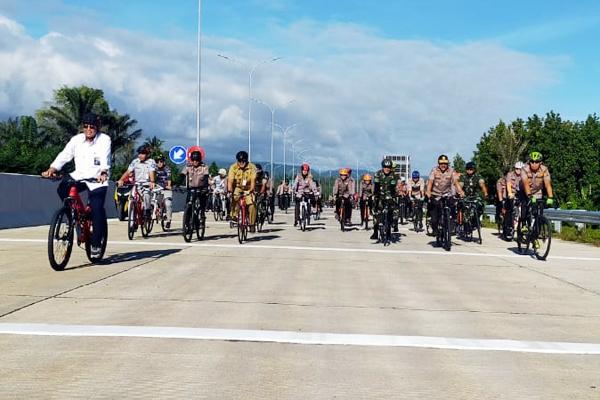 Bersepeda, Kakorlantas Polri Bersama Kapolda Sulut & Forkopimda Pantau Aktivitas di Jalan Tol Manado – Bitung