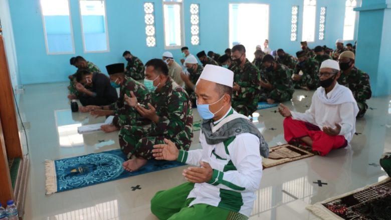 Selesai Sholat Jum'at Personel Lanud Dhomber Balikpapan Lakukan Doa Bersama