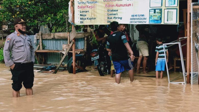 Kota Balikpapan Diguyur Hujan, Sat Binmas Lakukan Patroli ke Daerah Rawan Banjir