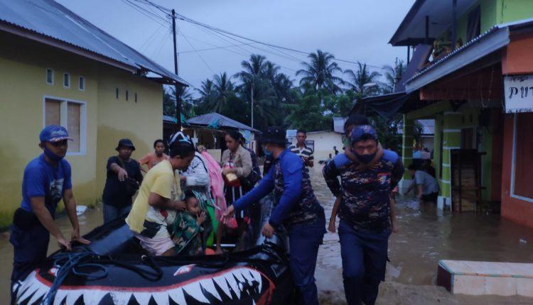 Tanggap Bencana, Polda Gorontalo Terjunkan Gabungan Personel Untuk Lakukan Evakuasi