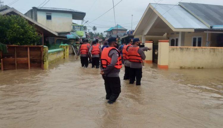 Tanggul Jebol, Tim SAR Ilato Brimob Polda Gorontalo Cek Debit Air & Pastikan Keselamatan Warga Di Sekitar Tanggul