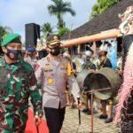 Berkunjung ke Desa Budaya Pampang, Kapolda dan Pangdam Dianugerahi Sebagai Warga Kehormatan Adat Dayak Kaltim